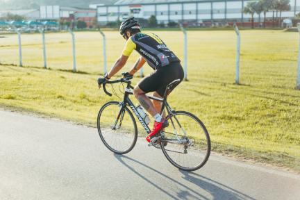 Inlägget handlar om hur idrottare kan förbättra deras visualiseringsförmåga. På bilden ser vi en cyklist som kanske använder sig av visualisering.