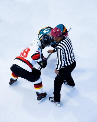 Inlägget handlar om idrottspsykologi för domare och därför har vi en bild på en ishockeydomare för att visa hur det kan se ut i praktiken.