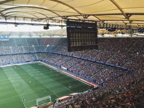 Det är en bild på en fotbollsmatch med massor av publik. När det är jättemycket publik kan anspänningen öka vilket gör att bilden är passande att använda till ett inlägg om avspänning inom idrotten.