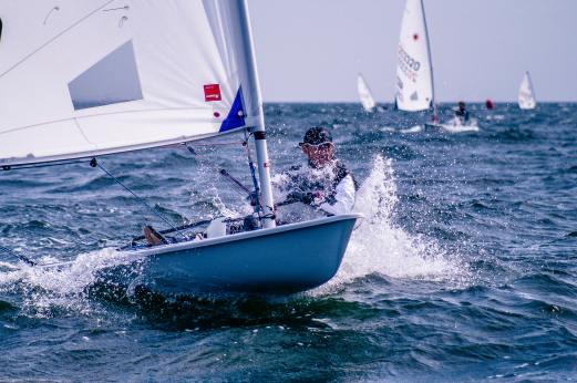 En av deltagarna i studien som presenteras i blogginlägget tävlar i segling. Därför är det passande att ha med en bild på tävlingsseglare.