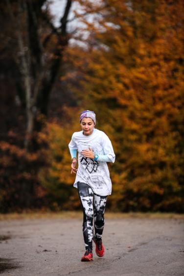 Blogginlägget handlar om hur man kan arbeta med det mentala för att komma igång med träning. Därför använder vi ett foto på en kvinna som joggar för att göra det tydligare vad inlägget handlar om.
