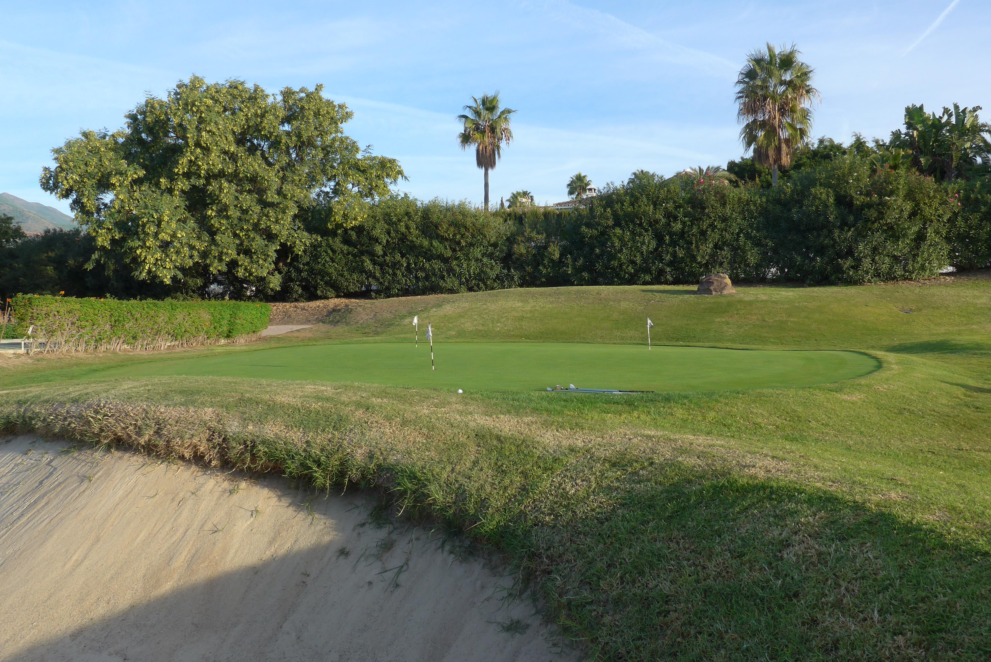 Blogginlägget handlar om glädje inom idrotten och därför är det passande med ett härligt träningsområde på en golfbana med fint väder.