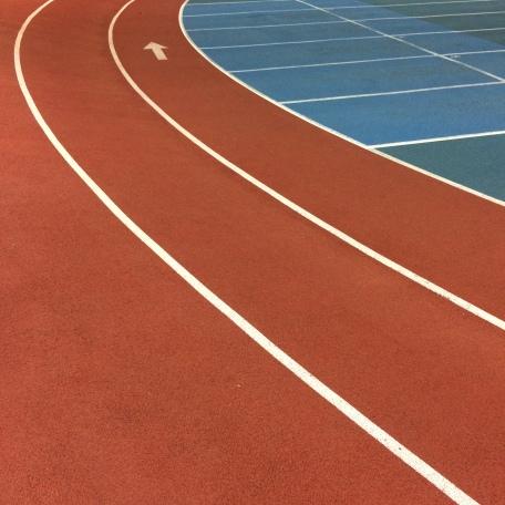 I blogginlägget skriver vi om idrott och vi tar upp ett exempel från friidrotten. Därför passar det bra att inkludera en bild från en löpbana på en friidrottsanläggning.