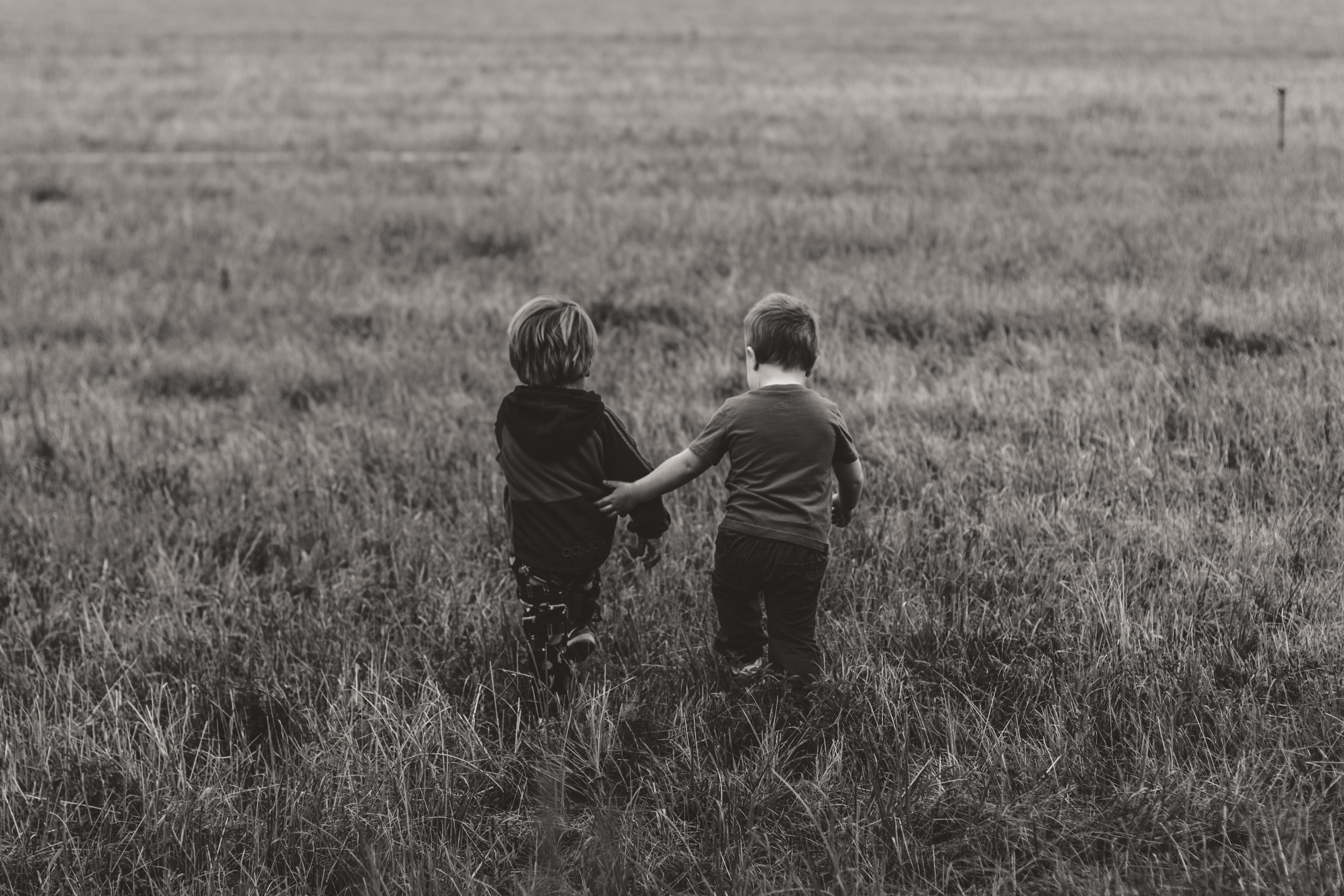 Blogginlägget handlar om barn och att de ska få idrotta för deras skull. Därför inkluderar vi ett foto på två barn som går tillsammans.