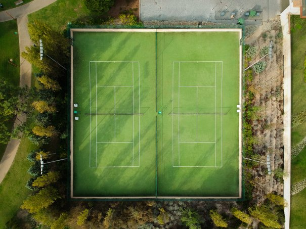 Inlägget handlar om hur man kan bli bättre på att prestera mot sämre motståndare. Många idrottare tycker nämligen att det är svårt att tävla mot de som är sämre. Det är något som är vanligt att tennisspelare upplever. Därför har vi inkluderat en bild på tennisbanor i inlägget.