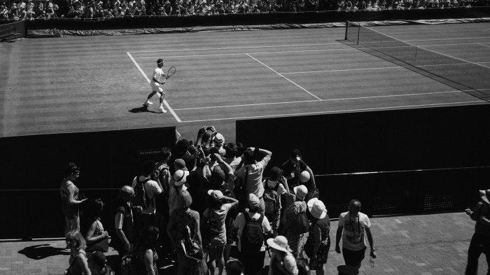 Texten handlar om press och idrottspsykologi. Därför har vi med en bild på en tennisspelare som spelar tennis inför massor av journalister och publik.