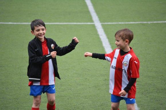 I det här blogginlägget skriver Erica och Fredrik bland annat om varför idrottsorganisationer kan vara en väldigt bra skyddsfaktor för maskrosbarn. Därför passar det bra med en bild på två glada barn på en fotbollsplan.