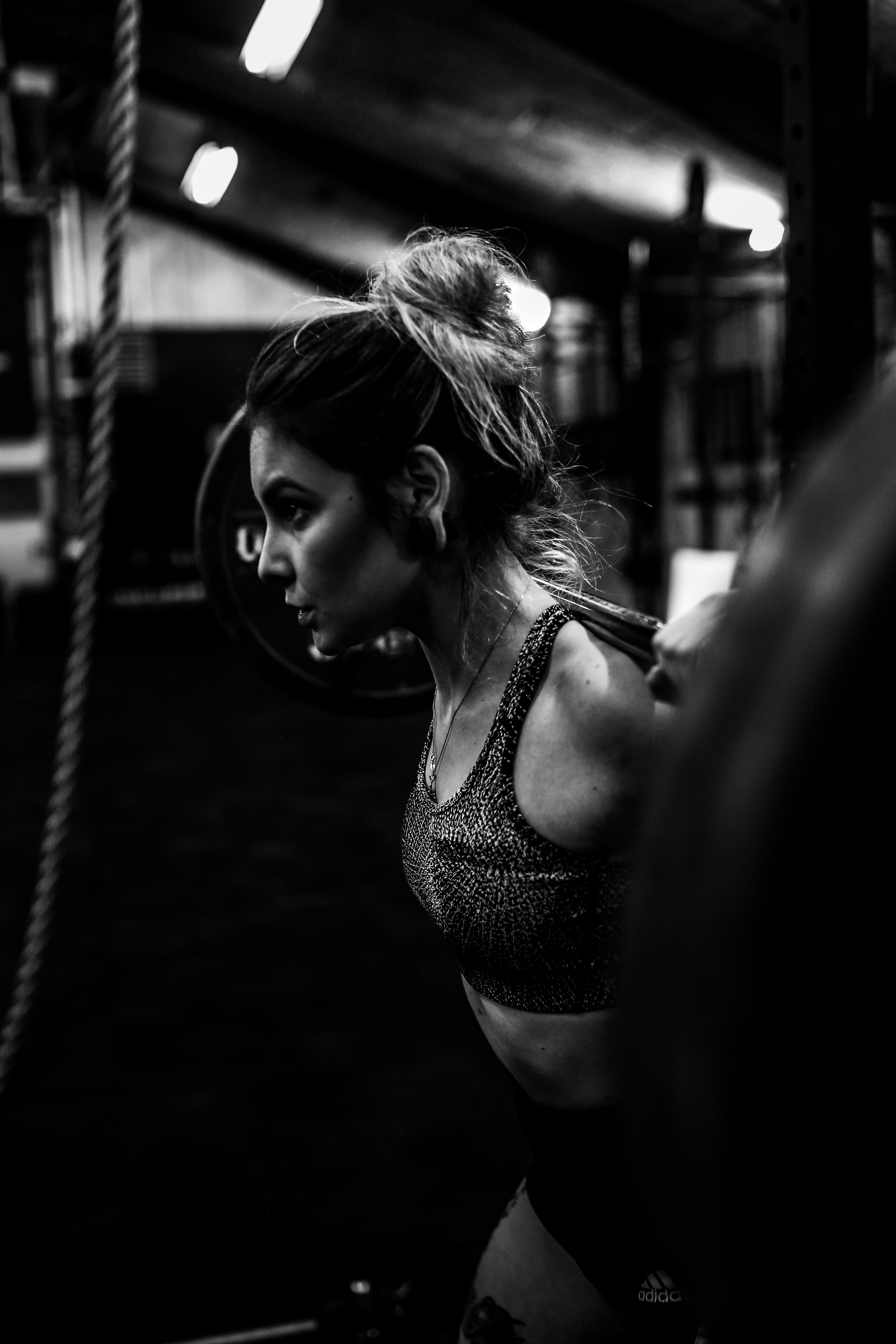 Inlägget handlar om idrottspsykologi och vi tar upp två exempel på idrottande kvinnor. I ett exempel skriver vi om ett case med en ishockeyspelare som bland annat tränar hårt på gymmet. Därför är det passande med en bild på en kvinna som tränar på gymmet.