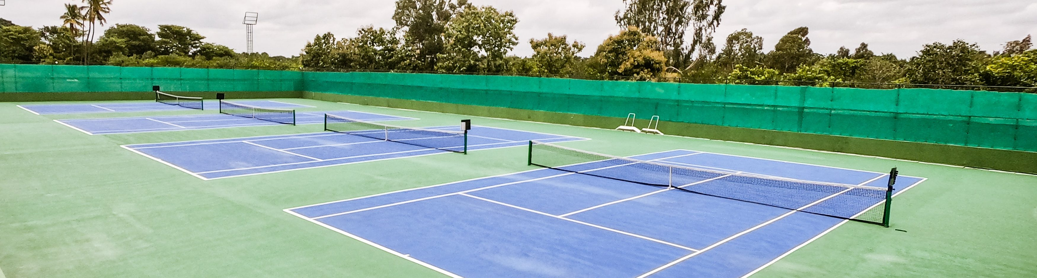 Vi skriver om idrottspsykologi och självförtroende, vi har även ett exempel hur man kan göra inom tennis, och därför passar det bra med en bild på tennisbanor..