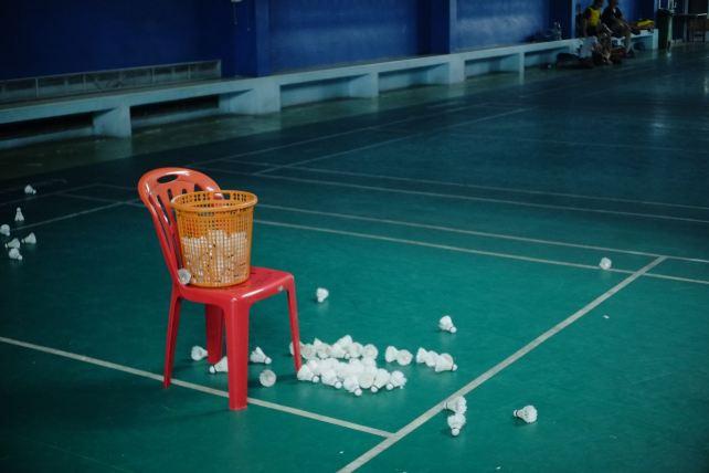Inlägget handlar om hur man kan bryta negativa tankebanor inom idrotten. Därför passar det bra att inkludera en bild på en badmintonbana.