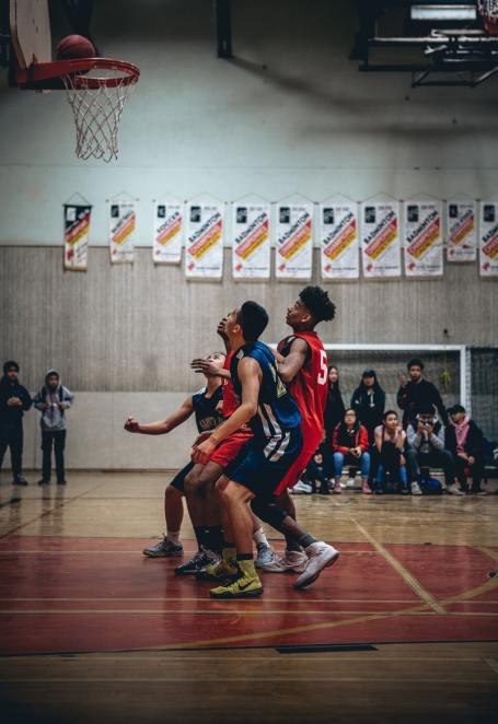 Ungdomar som spelar basket. Det är viktigt att barn och ungdomar idrottar för sin egen skull.