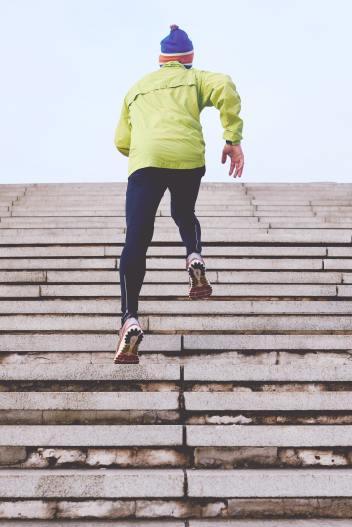 In blogginlägget skriver vi om idrottare och corona och den här bilden ger en bra bild av en idrottare som tränar för sig själv under rådande coronapandemi.