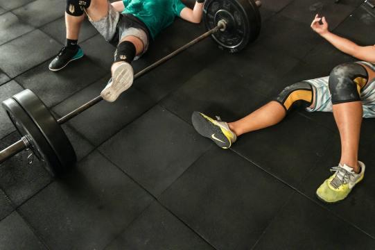 Idrottare som verkar helt slut efter ett hårt träningspass. Tuffa träningspass och att köra helt slut på sig själv kan nog uppfattas som stressande för en del idrottare. Därför är bilden passande för det här inlägget om stressande situationer inom idrotten.