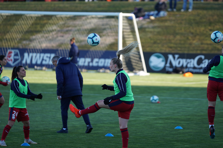 Texten handlar om hur tränare kan hjälpa deras idrottare att fokusera bättre under träningar. Därför passar det bra att använda en bild som visar när några fotbollsspelare tränar under en fotbollsträning.