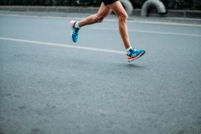 Texten handlar om idrott och att det är viktigt att göra det bästa av tiden trots att den är jobbig. Därför passar det bra med ett foto på en som springer.