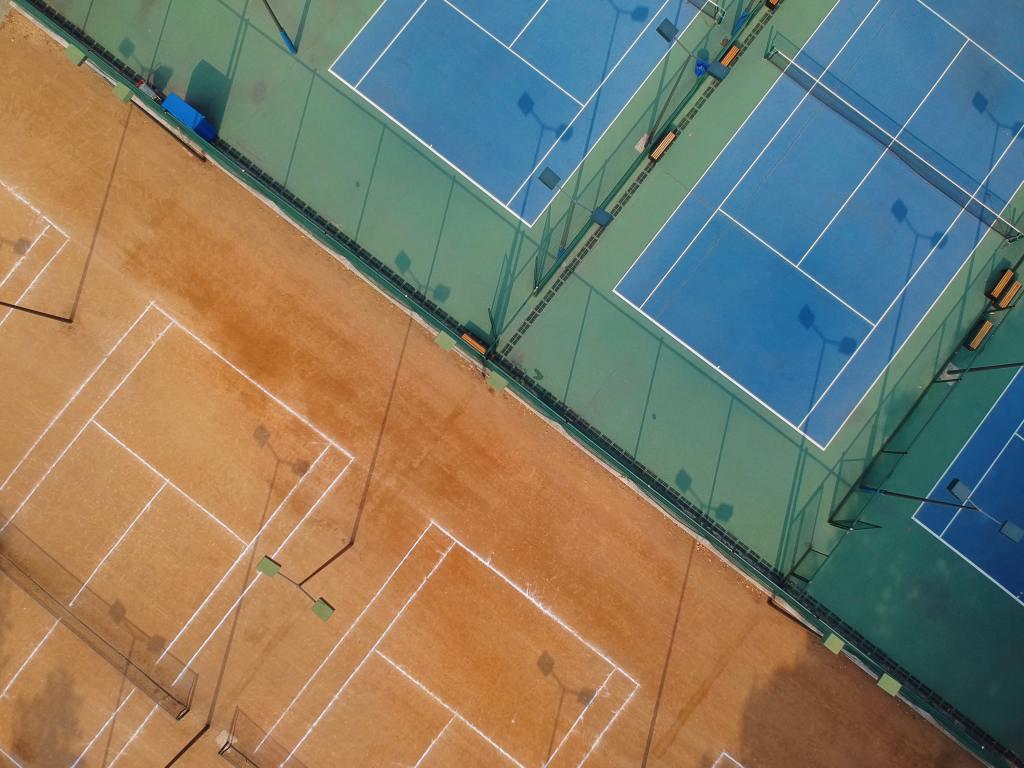 Texten handlar om psykologiskt trygga idrottsmiljöer och därför passar det bra med en bild på en idrottsmiljö, mer specifikt olika tennisbanor.