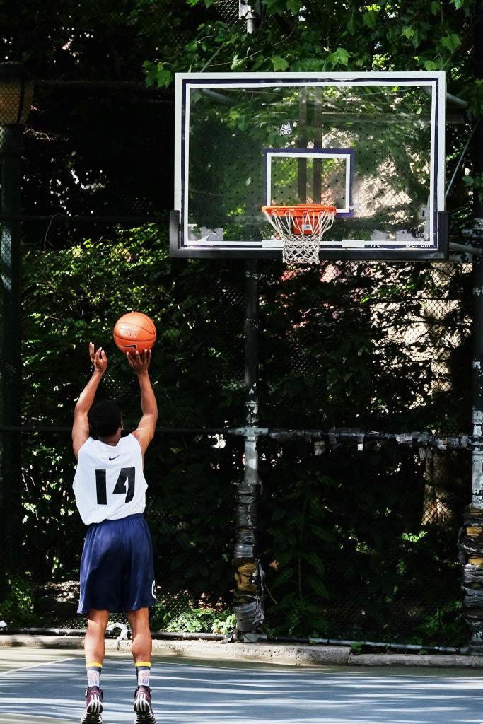 Texten handlar om vad som driver idrottare och därför har vi med en bild på en basketspelare som tränar själv och därmed verkar motiverad att bli bättre.