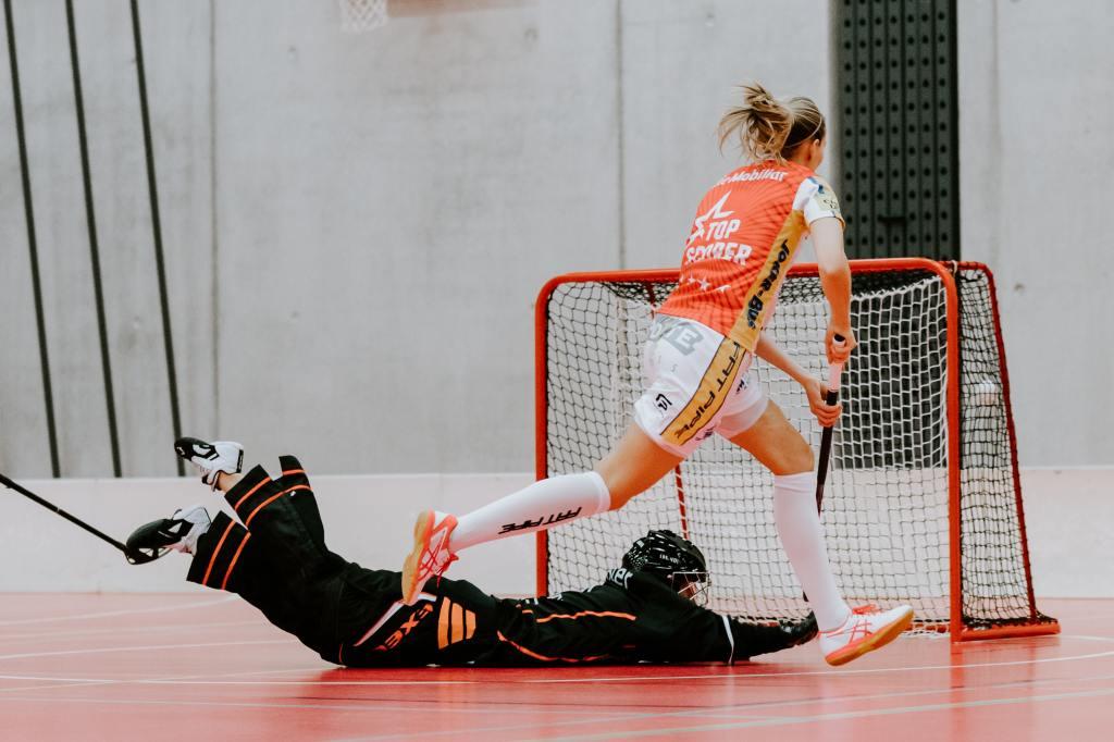 Blogginlägget handlar om att det är bra att kommunicera mer med sina lagkamrater när man spelar dåligt. Inlägget fokuserar på lagsporter och innebandy är en stor lagsport i Sverige. Därför passar det bra att inkludera ett foto på innebandy.